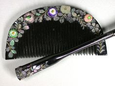 Japanese chrysanthemums set enamelled, Taisho Era (1912-1926), Kogai kushi comb and black lacquered wood, decorated with flowers or enamelled or incrustatées pearl. Decoration of a face continuous to each other.