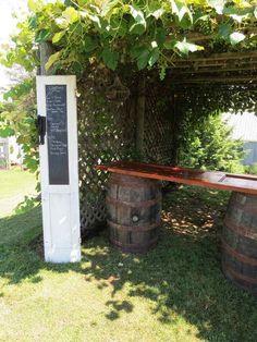 table à manger extérieure en vieille porte et deux tonneaux en bois