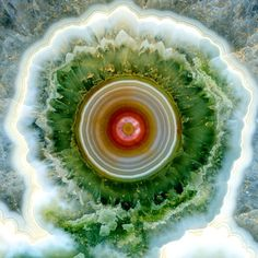 Ocean Jasper  碧玉(ジャスパー)は不純物を含む石英が多様な色や模様を生じている鉱物で,美しいものは宝石として扱われるが,この石の見事さには驚いた。目かマンダラのよう。  https://twitter.com/ogugeo/status/293847377012469760