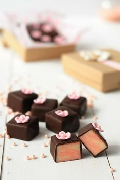 White chocolate fudge and strawberries Fudge Recipes, Candy Recipes, Sweet Recipes, Chocolate Shop, Chocolate Cookies, White Chocolate, Chocolate Fudge, Mini Desserts, Delicious Desserts