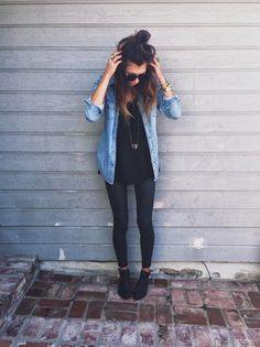 Multiplique as opções de looks de seu armário com uma blusa preta.