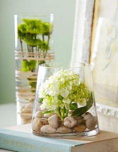 Steinen und Blumen im Glas