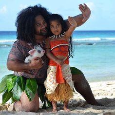 """""""Moana – Um Mar de Aventuras"""" encantou o mundo todo. Inspirada pelo filme e pela personagem polinésia, a pequena Evaniu Manuia e seu pai fizeram um ensaio fotográfico. A garotinha já tinha os traços muito parecidos com o da princesa, mas com seu pai de semideus Maui, o resultado ficou incrível. Saca só: Muito fofa, …"""