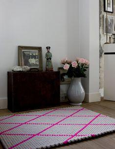 Practical tips for the modern interior in the living room - Home Design Ideas Felt Ball Rug, Hay Design, Creation Deco, Pink Rug, Felt Diy, Handmade Felt, Rugs On Carpet, Interior Inspiration, Decorating Your Home