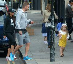 Modische Minis: Style-Vergleich bei den Beckhams: Während Mama Victoria und Papa David in schlabbriger Sportklamotte durch Notting Hill schlendern, ist Harper ihren Eltern in Sachen Fashion mit weiß-gelbem Sommerkleidchen, passender Haarschleife und schicken Leder-Loafers um Längen voraus.