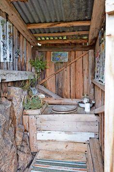 LUKTFRITT: På utedoen har Gry satt inn kasser med einer, som bidrar til å nøytralisere lukt. Utedoen er enkel, men bygget vakkert inn i terrenget. Outdoor Bathrooms, Rustic Bathrooms, Outside Living, Outdoor Living, Toilet Room Decor, Outside Toilet, Garden Shed Interiors, Outhouse Bathroom, Rustic Toilets