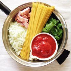 お庭で育てた(放置した)バジルでワンポットパスタ。  と思ったけど....絶対ベーコンとニンニクは香り出ししないと美味しくない...という事で、ここから取り出す手間がかかった。  #ワンポットパスタ #パスタ #バジル #onepotpasta #pasta #basil #見た目重視 One Pot, Celery, Vegetables, Food, Meal, Stew, Essen, Vegetable Recipes, Hoods
