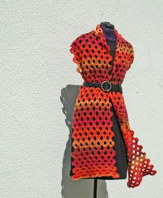 Knitulators Lochschal in leuchtenden Rot- und Orangetönenen