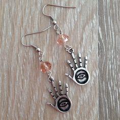Oorbellen van 8*6mm roze kristalstenen en metalen handjes met oog. Van JuudsBoetiek, te bestellen op www.juudsboetiek.nl.