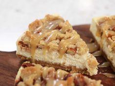 Äppelcheesecake med knaprigt havresmul och kolasås | Recept från Köket.se