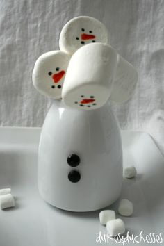 SNOWMAN HOT COCOA BAR (BLOG .. JUMBO MARSHMALLOW SNOWMAN HEAD WITH FACE DRAWN ON USING EDIBLE MARKERS AND PUSHED ON THE END OF A CANDYCANE