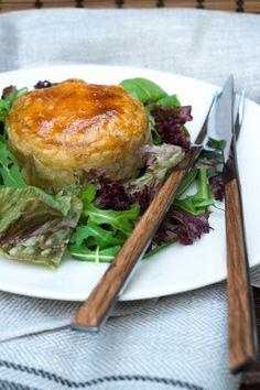 """Tonijn taartjes of Empadas de atúm - Recept uit Portugal- Taartjes van tonijn kun je warm of koud serveren.  Zijn super lekker als voorgerecht met een nest van sla of als hapjes voor een feest. Is een lekkere en mooie presentatie als voorgerecht van het kerstdiner. Is een Portugees hapje en heet """"Empadas de atum"""". Dit recept is voor ongeveer 10 stuks en heb je in 50 min. ongeveer  op tafel geserveerd. Heerlijk zijn ze!!! Het lekkerste voorgerecht voor deze kerst."""