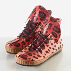 Ok, these 'fake' customizable bio-engineered stingray skin sneakers by Rayfish are not what they pretend to be. But from a design perspective, they are super! What is wrong with shortlisting these shoes for the Dutch Design Awards? We will visit the nanosupermarket more often!