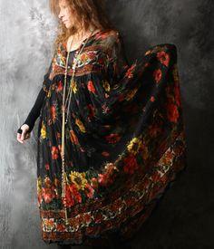 Vestido escuro floral retrô