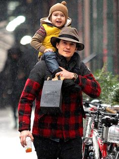 Star Tracks: Wednesday, December 18, 2013 | WET WEATHER | No umbrella? No problem! Orlando Bloom – who recently said he still believes in love despite his split from Miranda Kerr – braves N.Y.C.'s wet weather on Tuesday with son Flynn, 2½, on his shoulders.
