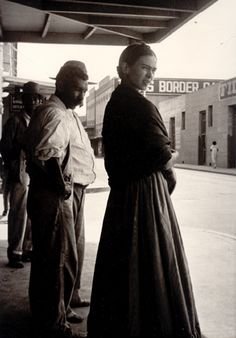 Frida Kahlo at the Border, Laredo, Texas, 1932. Photo by Lucienne Bloch.