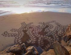 This man uses his rake to create incredible sand art. Just zoom out and… MIND BLOWN. Art Zen, Art Environnemental, Art Plage, Sand Drawing, Drawing Art, Outfits Tipps, Chuck Close, Sand Painting, Beach Paintings