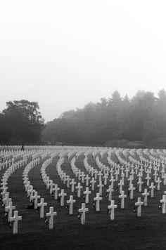 Henri-Chapelle American Cemetery And Memorial foto's  Dit weekend ging ik met een vriendin wat verlaten kerken fotograferen. Onderweg bezochten we ook een begraafplaats voor Amerikaanse soldaten die gevallen zijn tijdens de Tweede Wereldoorlog. Op de begraafplaats liggen 7992 gevallen soldaten. Het hele domein is goed onderhouden en heeft een militair strak gevoel. De locatie levert dan ook heel wat mooie foto's op vanwege het simplistische uitzicht.