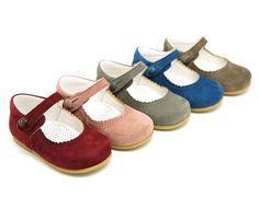 Tienda online de calzado infantil Okaaspain. Calidad al mejor precio fabricado en España. Mercedita escotada de ante con botón.