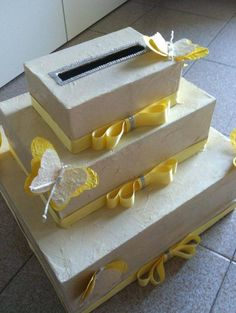 Een elegante manier om bij een gelegenheid zoals een bruiloft, maar ook een jubileum enz. envelopjes met geld in ontvangst te nemen, in de vorm van een taart (dozen met mooi papier beplakken, afwerkenmet linten en versiersels , wel zorgen dat de gleuf tot de onderste doos gaat dmv grotere gleuven anders blijven de envelopjes steken