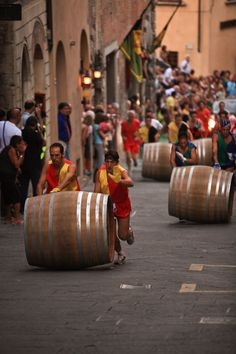 Bravio delle Botti: the great barrel race. / This event takes place at the last Sunday of august, in the wonderful hilltop town of Montepulciano in Tuscany.