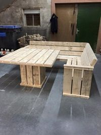 Pallet Couch and Table This simple pallet couch and table project is great for a piece of outdoor furniture or indoor