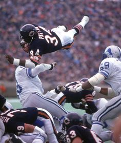 Football Chicago Bears Walter Payton in action scoring TD vs Detroit Lions Chicago IL Walter Payton, Bears Football, Sport Football, Football Players, Nfl Sports, Football Wall, Football Humor, Football Season, Football Helmets