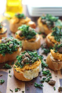 Schlag Ricotta und Butternut Squash Crostini mit sautierten Kale und italienische Wurst