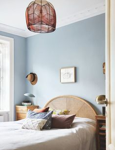 Bed Room inspiration – light blue walls, rattan headboard and a lamp made with yarn in red shades. Blue Bedroom Walls, Blue Rooms, Rattan Headboard, Bedroom Minimalist, Light Blue Walls, Light Blue Bedrooms, Black Interior Design, Home Decor Bedroom, Bedroom Furniture