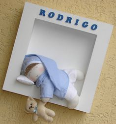 Quadro para porta de maternidade em MDF. Tamanho 34x34. Boneco de tecido dormindo (na cor desejada), travesseirinho, ursinho de pelúcia na mão. Nome do bebê escrito com letras de MDF. Código do Site BB341 R$109,00