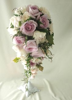 バラの淡いピンク色のキャスケードブーケ