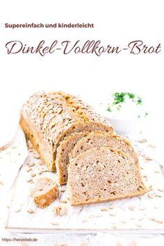 Rezept für ein supereinfaches Dinkel-Vollkorn-Brot mit ganz wenig Hefe. Insgesamt beträgt der Arbeitsaufwand etwa 15 Minuten - die Gehzeit von 17 Stunden erledigt der Teig ganz alleine. Nachmittags vorbereiten und am nächsten Morgen in den Ofen schieben. So macht Brotbacken Spaß!