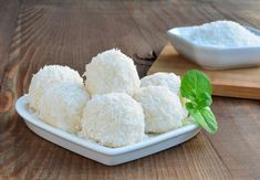 There are various recipes for Keto Coconut pralines or Keto coconut fat-bombs. This version will be particularly tasty and healthy! Keto Coconut Fat Bombs, Coconut Protein, Dry Coconut, Coconut Flour, Ketogenic Recipes, Keto Recipes, Ricotta, Desserts Chinois, Coconut Balls