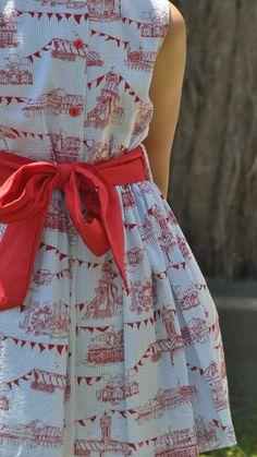 Talla 8. Vestido de verano de la firma Blanca Valiente. Nos encanta su estampado rojo con motivos de feria sobre tela milrayas en azul y blanco. Su gran lazada roja en la cintura le da mucha vida. Lleva cuello mao en color blanco. El corte de este vestido es tipo camisero. Pura elegancia. Perfecto para lucir en cualquier evento o celebración de esta primavera-verano. Muy fácil de conjuntar con una chaquetita roja para las noches más frescas. Fashion, Tela, Vestidos, Blue And White, Blue Nails, Dress Summer, White Colors, Elegance Fashion, Spring Summer