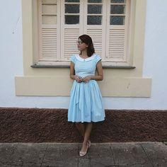 Vestido midi rodado azul bebê com gola passarinho.   Andreia Brondi Store.