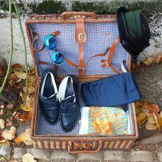 Cappello con piume parigino 25 euro, occhiali vintage 30 euro, pochet in raso blu notte 28 euro, stivaletti in vera pelle blu notte TG 38 40 euro!