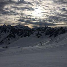 Encore une belle journée!! #sports #ski #montagne #npy #neige #cauterets #midipyrenees #cirquedulys #nuages #ciel #snow #montain #soleil @cauterets @npyski by jbcazale