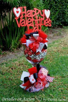 Esta copa de aproximadamente 70 cm. llena de chocolates y decorada con listones de diferentes texturas #regalos #giftbaskets