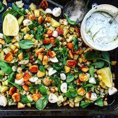 Halloumipytt med potatis, blomkål, hasselbackade morötter i vitlökssmör. Toppad med champinjoner, bladspenat, citron, persilja och chilihalloumi. Serverad med en ört- och honungsyoghurt.