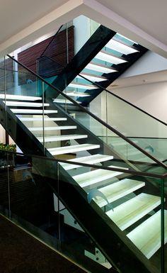 Escada preta com corrimao em vidro