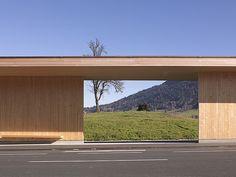 → Bus Stop por Hermann Kaufmann. Hermann Kaufmann, Street Furniture, Beer Garden, Bus Stop, Roof Design, Floor Space, Ranch, Minimalism, Garage Doors