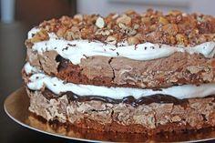 Chokladmarängtårta med salt chokladkolakräm och kanderade nötter No Bake Desserts, Delicious Desserts, Dessert Recipes, Yummy Food, Swedish Recipes, Sweet Recipes, Wine Recipes, Baking Recipes, My Dessert