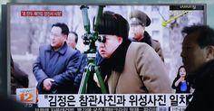 """Transmissão de TV sul-coreana em estação de trem de Seul mostra o líder norte-coreano, Kim Jong Un, acompanhando o suposto lançamento bem sucedido de um foguete de combustível sólido na Coreia no Norte. Pyongyang anunciou o teste realizado hoje, como um avanço em seu programa de mísseis. A nova conquista ajudará a """"espalhar grande horror e terror no coração dos inimigos"""", afirmou Kim Jong-Un"""