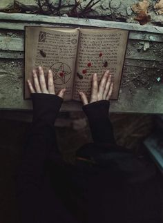 Ela sabia o que tinha que fazer e estava pronta para isso. Com o poderoso livro nas mãos, o abriu rapidamente. Começou a folhea-lo tentando achar o feitiço que precisava para salvar a pessoa que mais amava... Mas uma coisa em seu coração falava para ela não salva-lo pois sabia que as consequências do feitiço seriam drásticas...