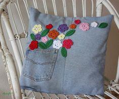 Almohadon con bolsillo y aplicaciones en crochet