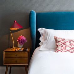 Fossey Arora Interior Design and Architecture Turquoise Headboard, Turquoise Bedding, Bed Headrest, Bedside Table Decor, Headboard Designs, Headboard Ideas, Bedroom Designs, Velvet Room, Velvet Headboard