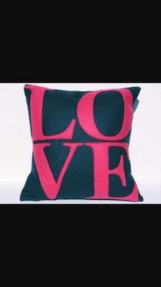 Almofada Love muito linda feita com feltro