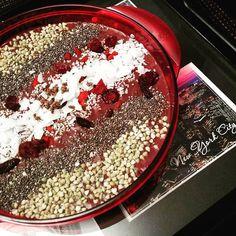 Açaí-Bowl mit Buchweizen, Goji-Beeren, Kakao Nibs, Kokos-Flakes, Amaranth, Chia-Samen und Cranberries