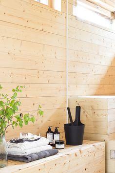 DIY bench for the sauna Saunas, Portable Steam Sauna, Sauna Design, Finnish Sauna, Spa Rooms, Infrared Sauna, Diy Bench, Laundry In Bathroom, Cabins In The Woods