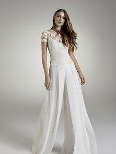 Robe de mariée Cannes-chambort, créateur Modeca : Pantalon en crêpe - bustier en dentelle.